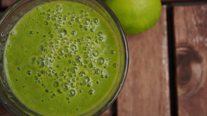 Licuado de kale, pera y manzana verde